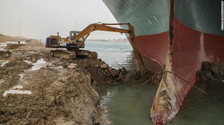 船首部分の砂を除去する掘削用重機/Picture-alliance/DPA/AP