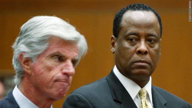 故マイケル・ジャクソンさんの専属医だったコンラッド・マレー容疑者(右)