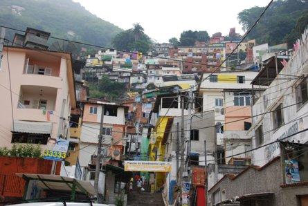 市内の典型的なスラム街。13日に...
