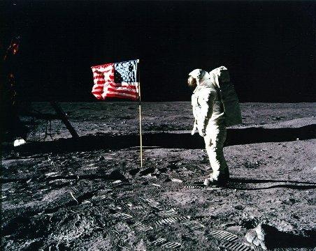 CNN.co.jp : ニール・アームストロング氏死去、人類初の月面着陸成功 ...