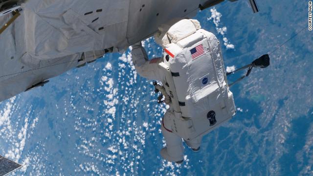 国際宇宙ステーションで冷却剤漏れ、船外活動で修理