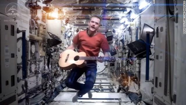 無重力でボウイを熱唱、宇宙収録の音楽ビデオがネットで流行