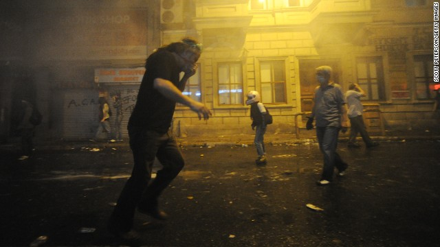 首相の退陣求め大規模デモ、939人逮捕 トルコ