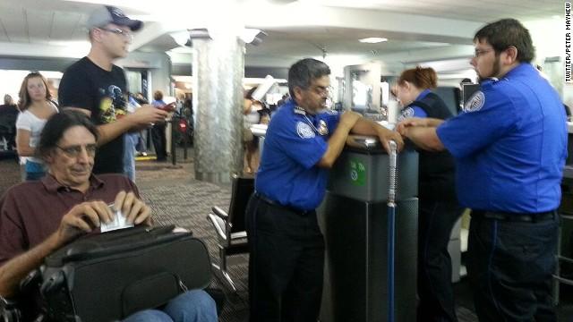 スター・ウォーズ出演の米俳優、「ライトセイバー杖」で空港足止め