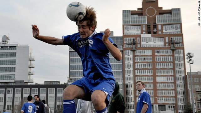 サッカーのヘディングで脳にダメージ? 米研究