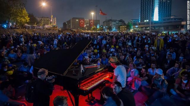 トルコのデモ中心地でピアノの夕べ、ネットでも反響