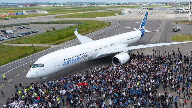 エアバス、新型機「A350XWB」の初飛行に成功