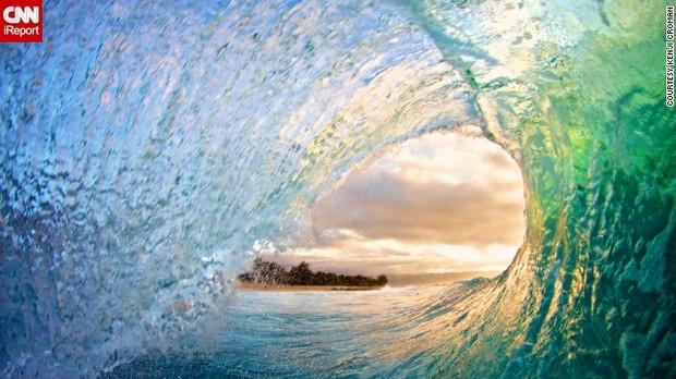 CNN.co.jp : 波の躍動を写真に、ハワイで活動続けるカメラマン - (1/3)