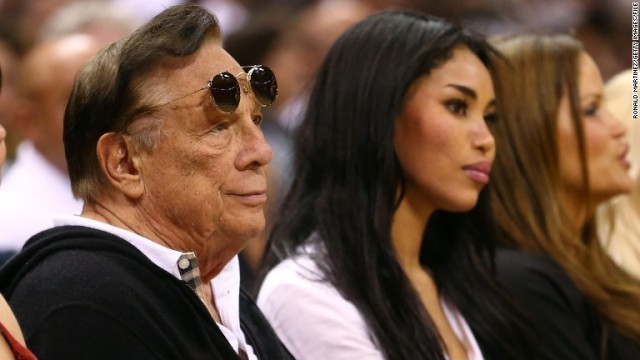 クリッパーズ・オーナーのスターリング氏(左)。同氏の発言が波紋を広げて... NBAオーナーが人