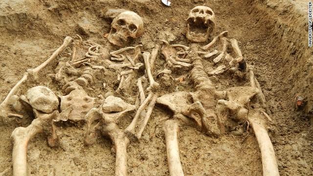 700年前の遺骨か、手をつないだ2体を発見 英