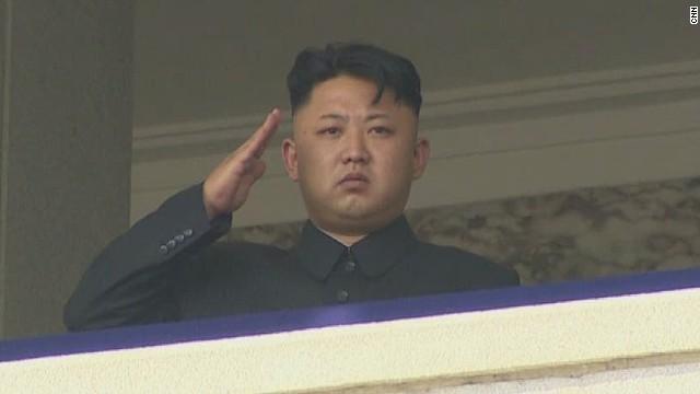 北朝鮮の金正恩第1書記。同国初の女性戦闘機パイロットの演習を視察したと... 北朝鮮初の女性戦闘