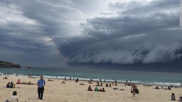 空にも「津波」、巨大な雲が海岸に出現 豪シドニー