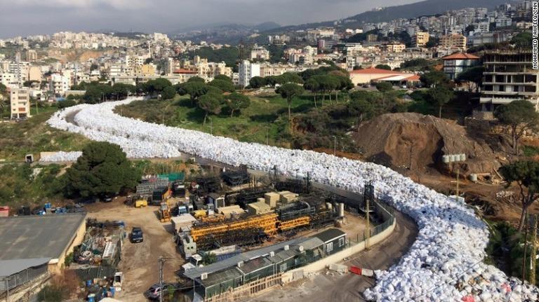 ベイルート郊外に長大な「ゴミの川」 行政が機能せず