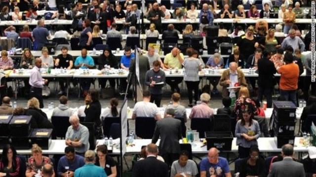 英国民投票、「離脱」がわずかにリード 半数近い地区の開票終了