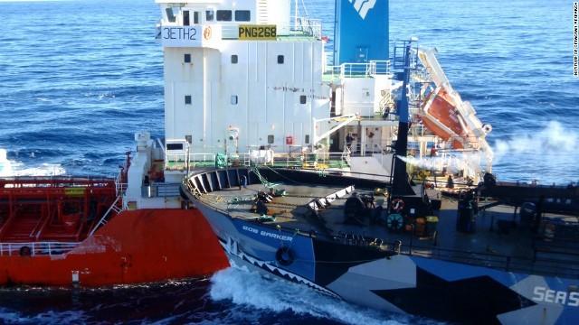 日本の捕鯨船に体当たりする「ボ...