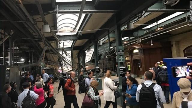 ニューヨーク都市圏の駅に列車突っ込む 1人死亡、75人負傷