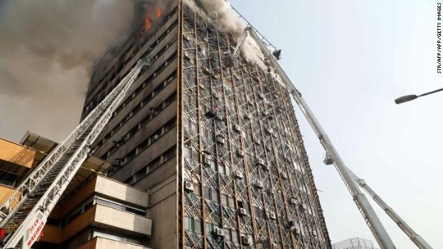 高層ビル、火災で倒壊の瞬間 イラン