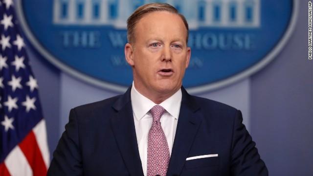 米大統領報道官、初の定例会見 「人出」報道にも言及