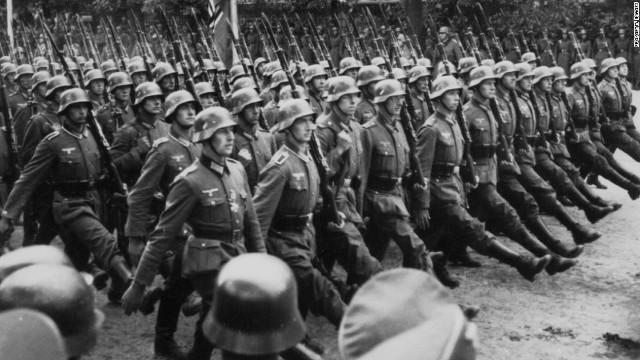 1939年のポーランド侵攻後、ワルシャワを行進するドイツ軍兵士