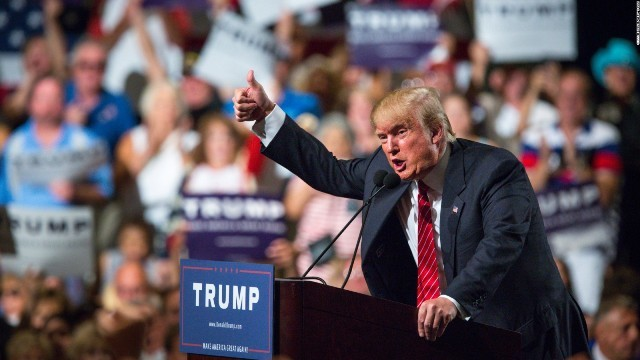 大衆の中で演説するトランプ大統領