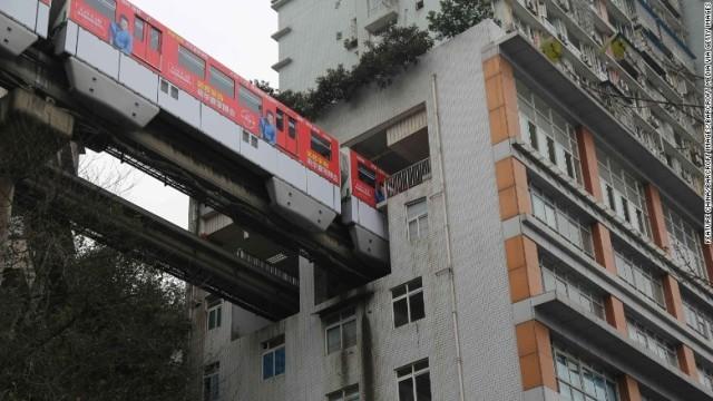 https://www.cnn.co.jp/storage/2017/03/24/b52a7fce9b531f71be89a9a850329e92/china-monorail-apartment-chongqing.jpg