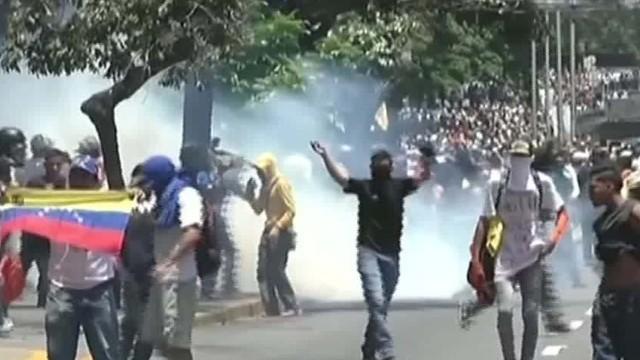 経済不安のベネズエラ、首都で大規模デモ 治安部隊と衝突