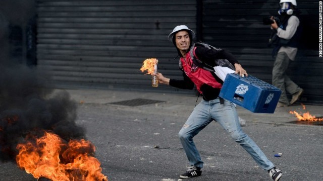 火炎瓶を手に持つ抗議デモの参加者。ベネズエラではデモに関係し