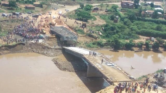 ケニア西部で完成予定だった橋が崩落