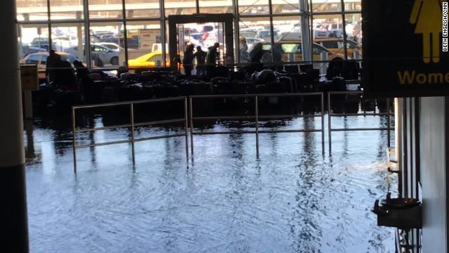 Cnn Co Jp 米jfk空港で水漏れ、手荷物水浸し 国際ターミナル封鎖 2 2