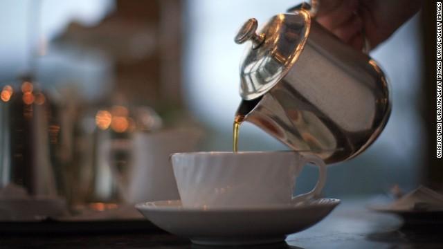 pouring tea - 【医学】熱いお茶で飲酒・喫煙者の食道がんリスク増大、中国で研究[02/06]