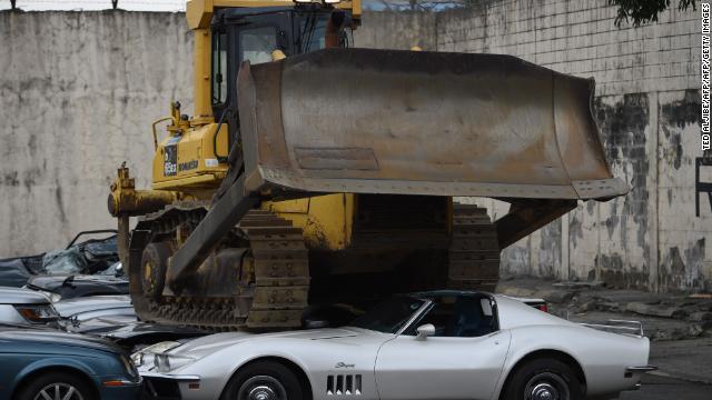 密輸された高級車がブルドーザーの下敷きに