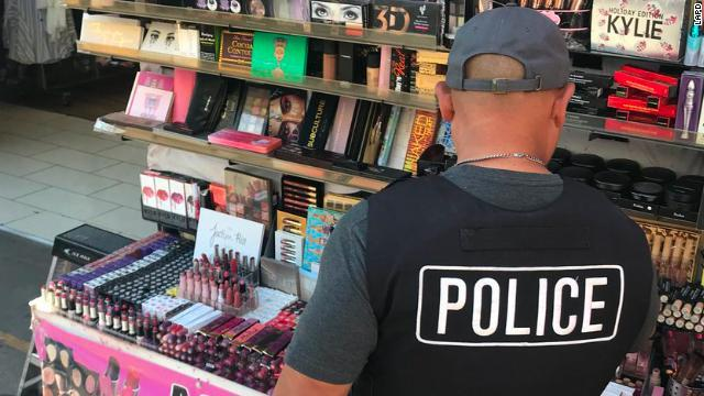 https://www.cnn.co.jp/storage/2018/04/16/6bb650e7cd4f4ff842a128684610bc25/counterfeit-cosmetics.jpg