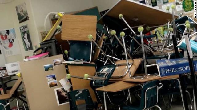 abfadfbe0d (CNN) 米フロリダ州マリオン郡の保安官事務所は20日、オカーラにあるフォレスト高校で同日朝、発砲事件が起き17歳の男子生徒が足首を撃たれて負傷したと発表  ...