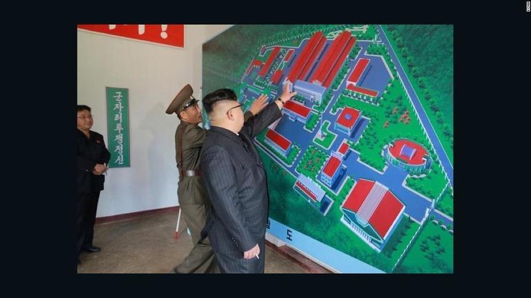 拡張後の施設の完成図を検分する金正恩朝鮮労働委員長