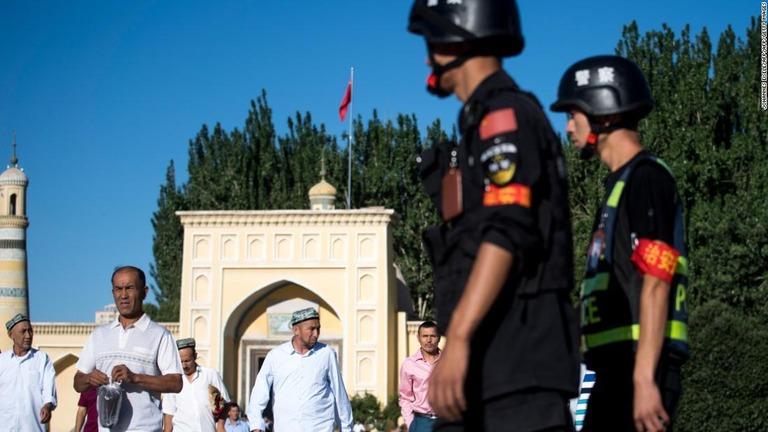 新疆ウイグル自治区の警備に当たる警察官/JOHANNES EISELE/AFP/AFP/Getty Images