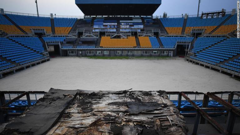 草木の生い茂るかつての競技施設に放置されたマスコット2体/GREG BAKER/AFP/Getty Images