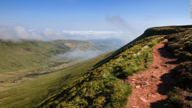 【格下げ】英ウェールズの山、精密な測量で「丘」に格下げ 標高差が足りず