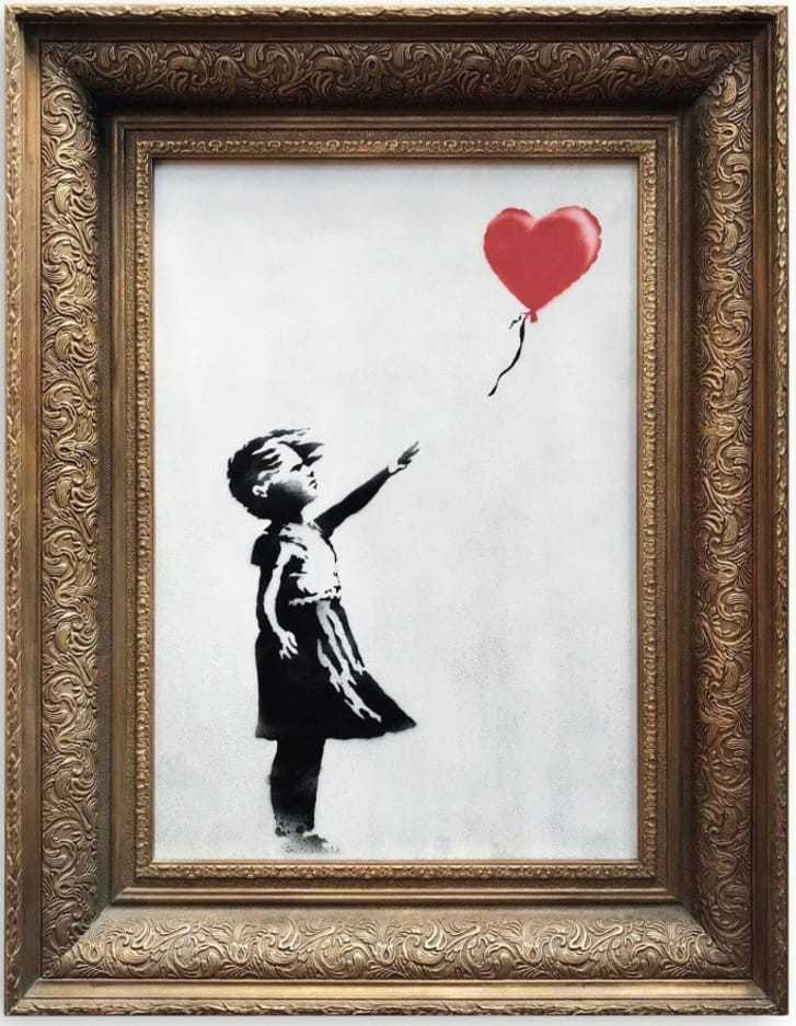 ハート型の赤い風船に手を伸ばす少女を描いた絵画が落札