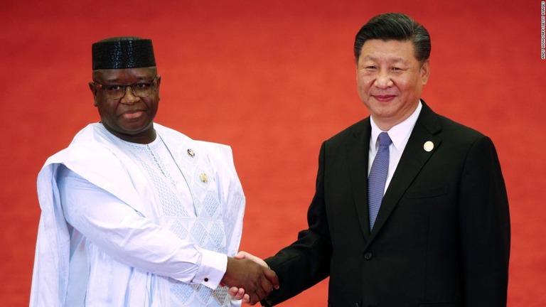 握手を交わすシエラレオネのビオ大統領(左)と中国の習近平国家主席/ANDY WONG/AFP/Getty Images
