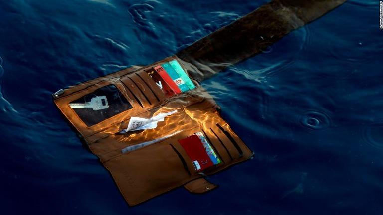 乗客のものとみられる財布。このほど、ブラックボックスとみられる装置 ...