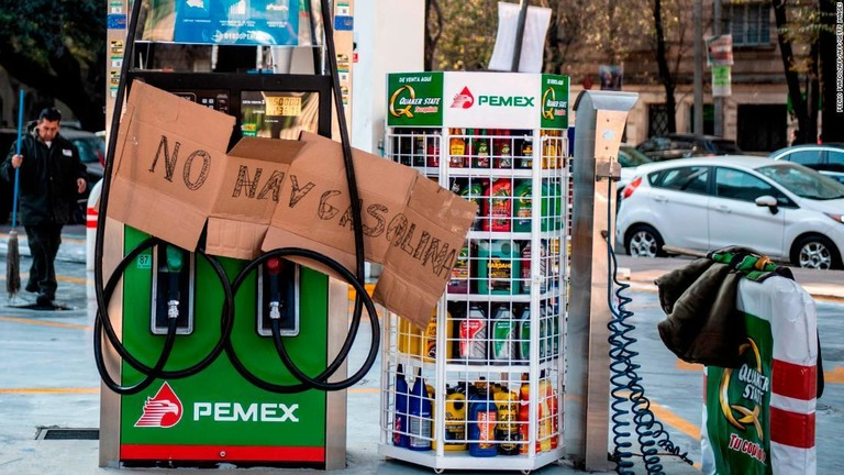 ガソリンスタンドには「ガソリンはないと」の手書きの掲示=メキシコ市/PEDRO PARDO/AFP/AFP/Getty Images