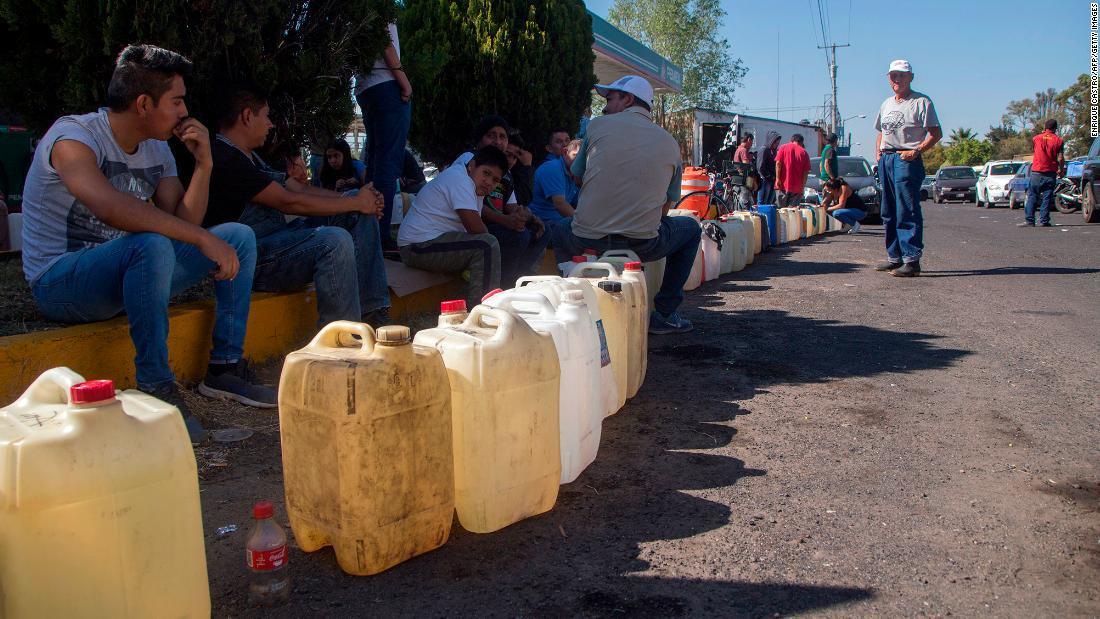 中西部ミチョアカン州でガソリン購入の列を作る人々/ENRIQUE CASTRO/AFP/Getty Images