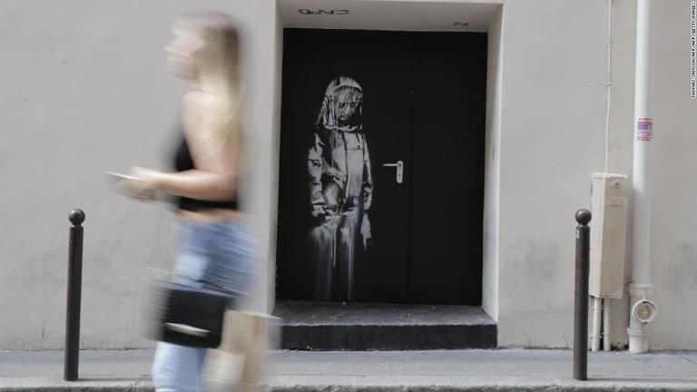 バンクシーとかいうマッシヴ・アタックの描いたパリ多発テロの追悼壁画が盗まれる  [399583221]YouTube動画>1本 ->画像>9枚
