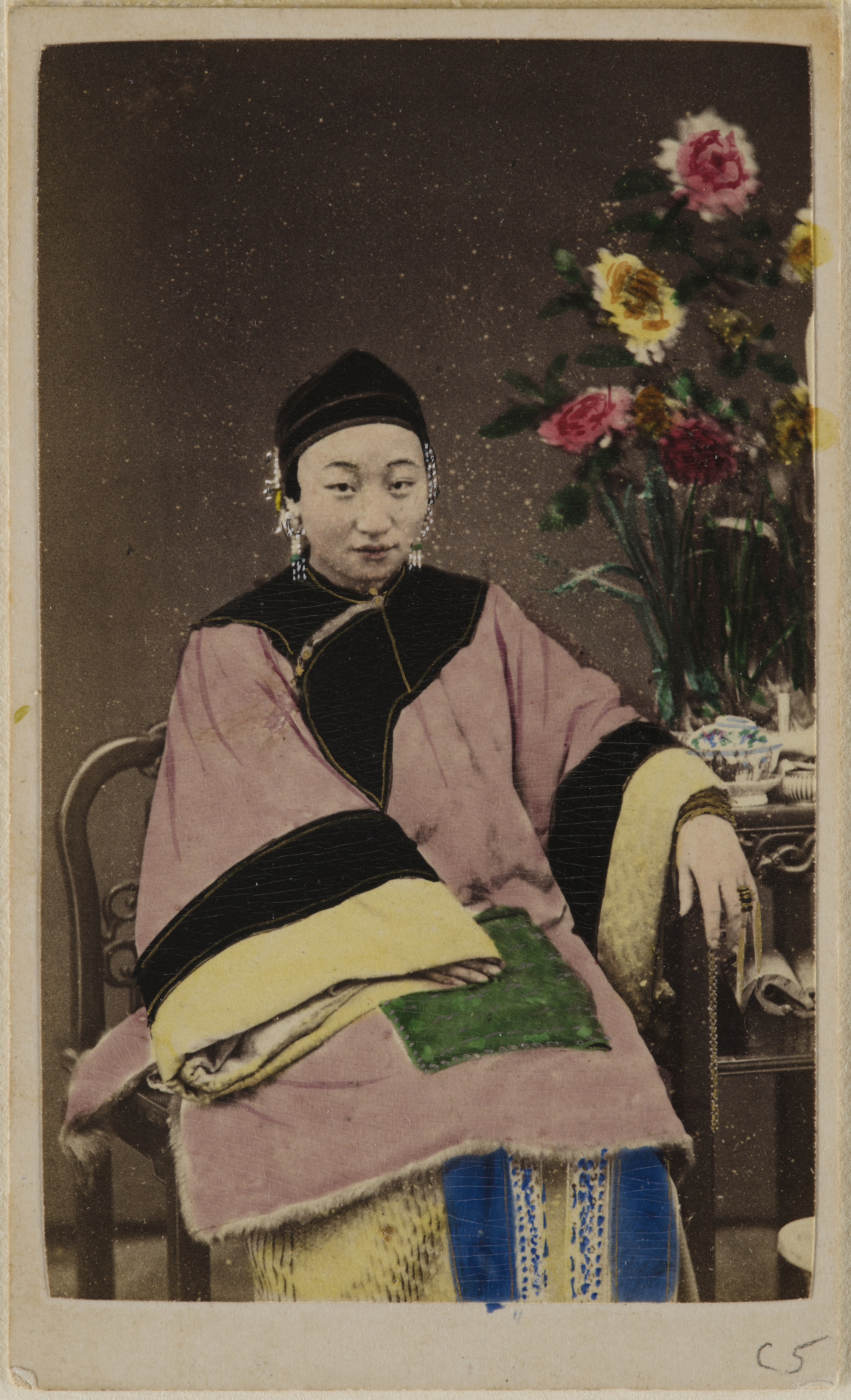 サン・ヒン「座った女性」=1860年ごろ/The Loewentheil Collection of China Photography