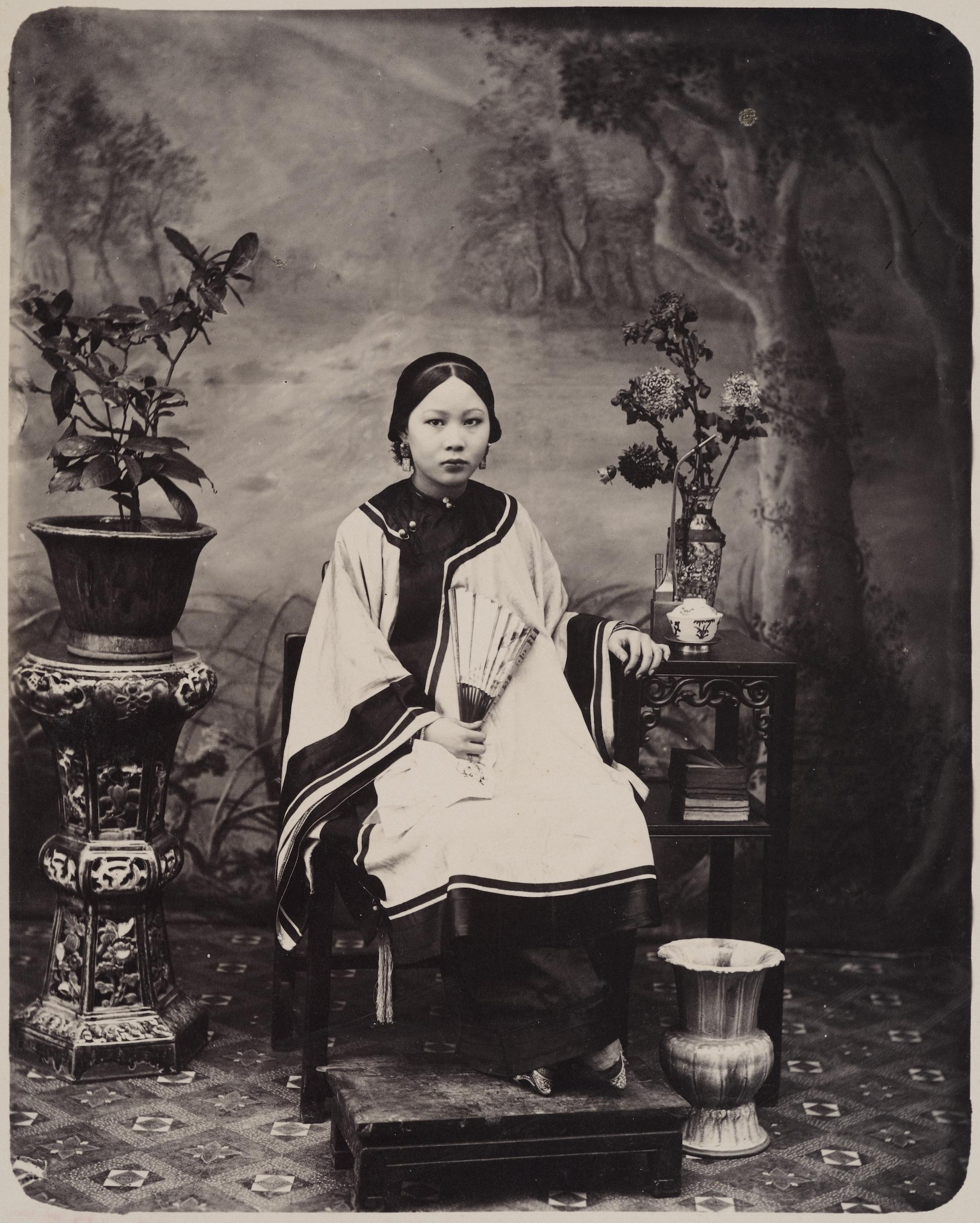 撮影者不詳「若い女性のポートレート」=1860年ごろ/The Loewentheil Collection of China Photography