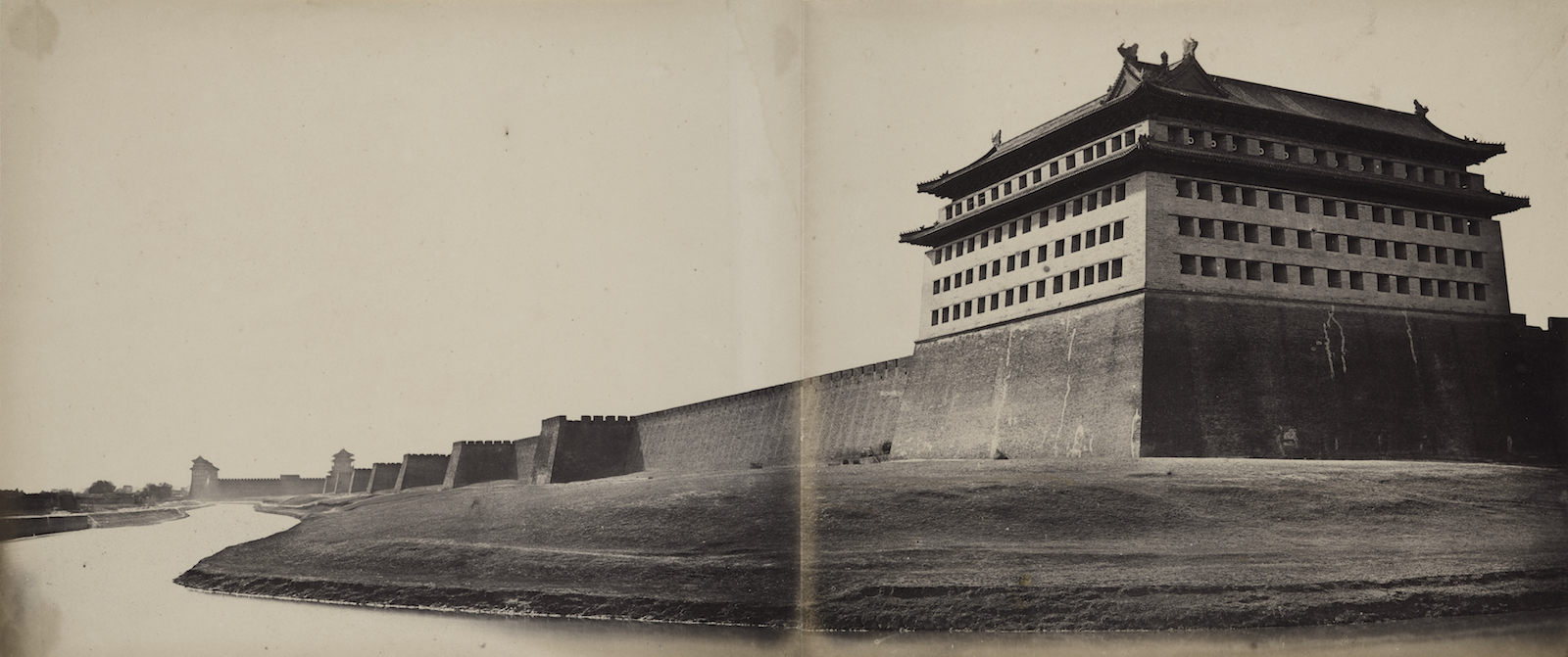 フェリーチェ・ベアト「北京の北門」(1860年)/The Loewentheil Collection of China Photography