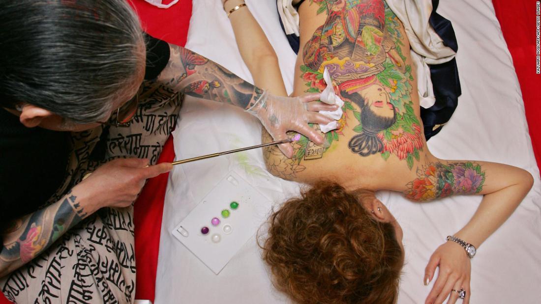 CNN.co.jp : 薄れゆく墨 職人技を守る手彫り刺青師の闘い