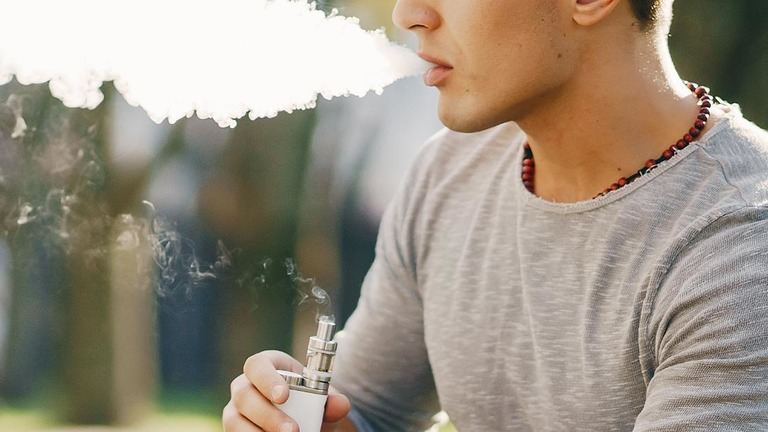 紙巻きたばこだけでなく電子たばこも、10代の健康に脅威を与えている/Shutterstock