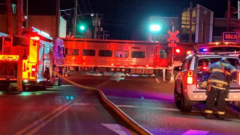 米ニューヨーク州で車両1台と列車2本が絡んだ死亡事故が発生/Howard Schnapp/AP