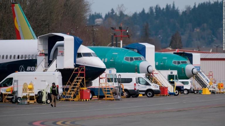 ワシントン州レントンの飛行場に並ぶボーイング737MAX型機。左は737MAX9の試験機/Stephen Brashear/Getty Images North America/Getty Images